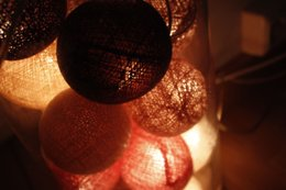 DEMPET LYS: Det som lyser opp rommet, er små lyskuler plassert i hjørnene.