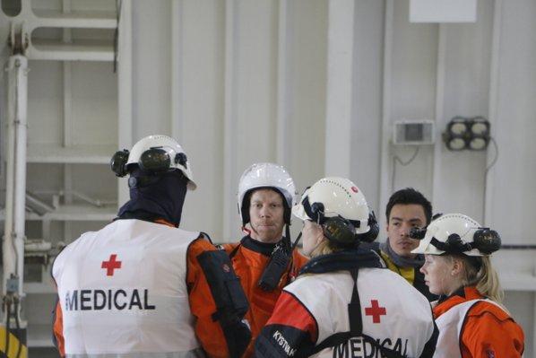 Redningsarbeidere på MF Værøy