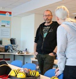 Bjørnar Pettersen forklarer May-Helen om koblingen mellom NEWTON og Sørfold
