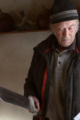 Stensland viser fram et sverd som han også har lagd for hånd.